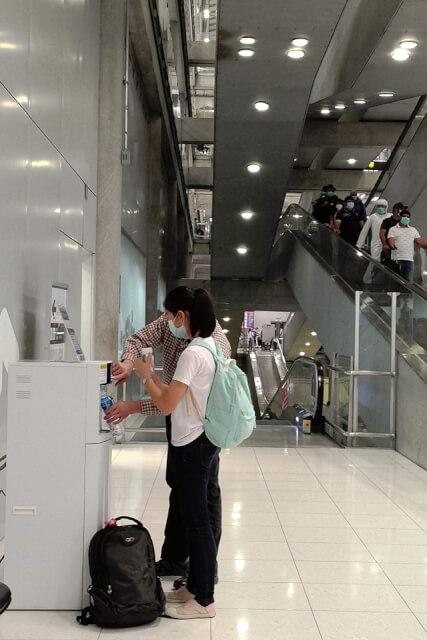 bkk機場都有外幣兌換機,廁所外面也有飲水機可以裝水