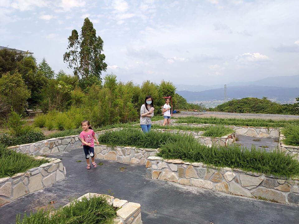 29號花園用石頭矮牆圍成的迷宮