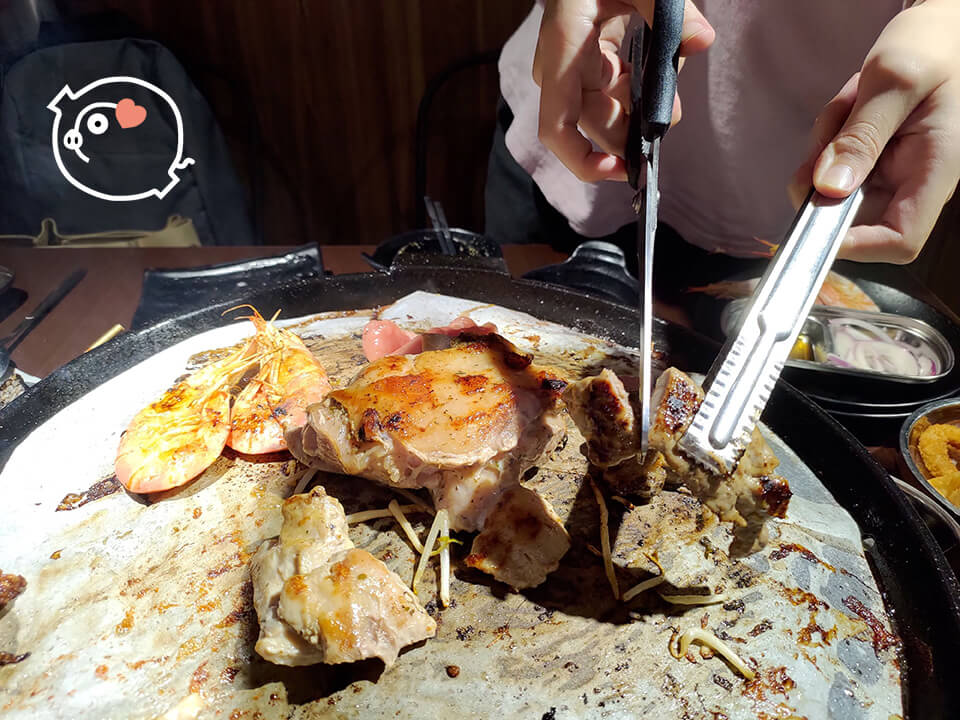 每桌都附有貼心剪刀,讓你能優雅吃肉