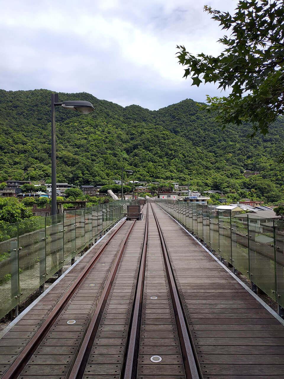 平溪一日遊:運煤橋上的軌道