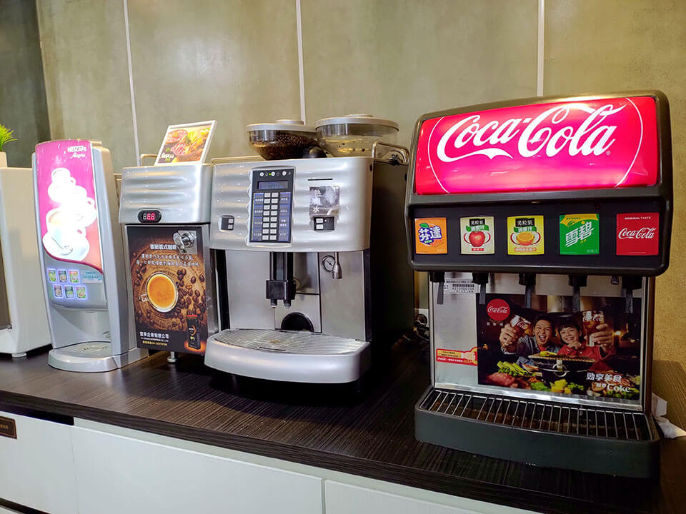 飲料區-碳酸飲料、咖啡機…應有盡有