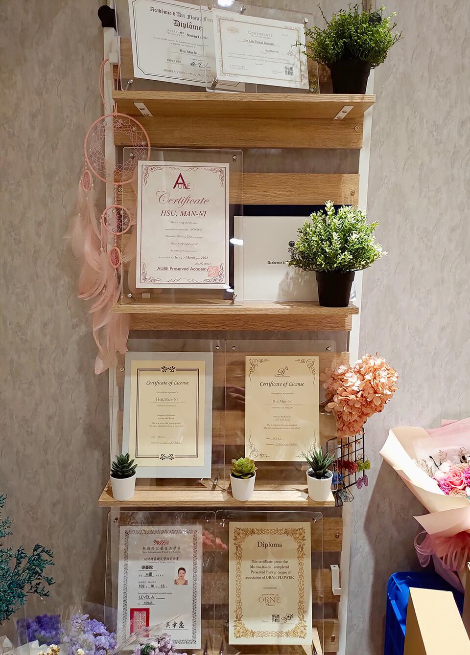 教室裡也有展示花藝師證照